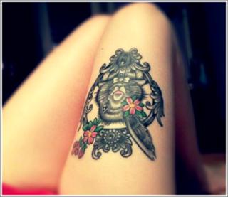 tato hewan di paha wanita