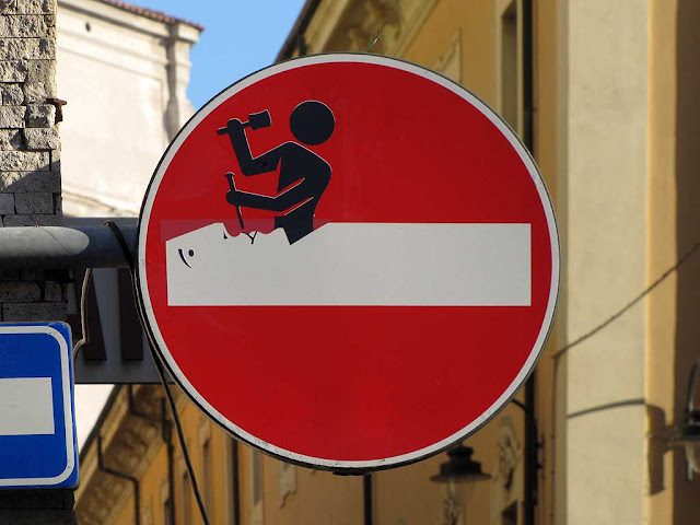 Clet Abrahams, sculptor at work on a no-entry sign, via della Madonna, Livorno