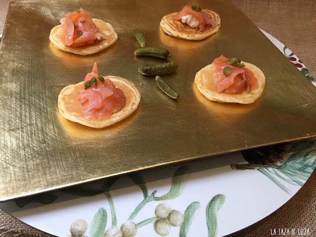 blinis-con-salmon-crema-ácida-y-pepinillos