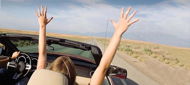 Mulher em carro na estrada