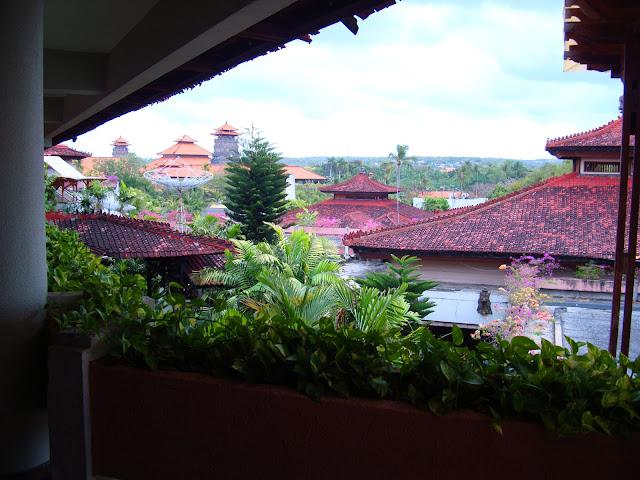 Фото крыш отелей ранним утром, остров Бали