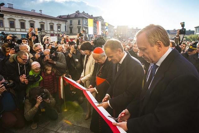przecinanie wstęgi przez premiera Donada Tuska, kard. S. Dziwisza i innych