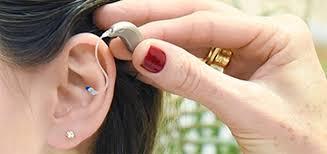Aparelho auditivo e um bom fonoaudiólogo