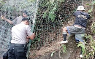 "Cegah Penyelundupan Antar Negara, Polisi Lakukan Perbaikan Pagar ""Jalur Tikus"" Di Kawasan Perbatasan"