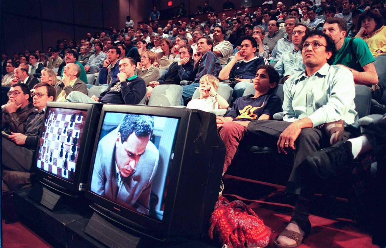 Los espectadores miran el primer partido. 3 de marzo de 1997.