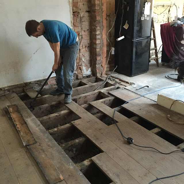Lifting floorboards with a lifting bar