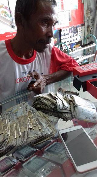 Ayah ini Membeli Membeli Smartphone Dengan Satu Kresek Uang Rp 2000-an. Buat Ribuan Netizen Nangis!