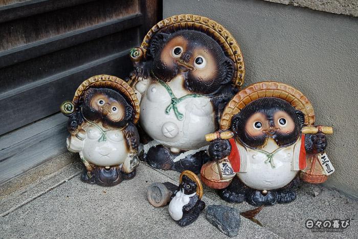 Famille de tanuki en céramique, quartier Ryoan-ji, Kyoto