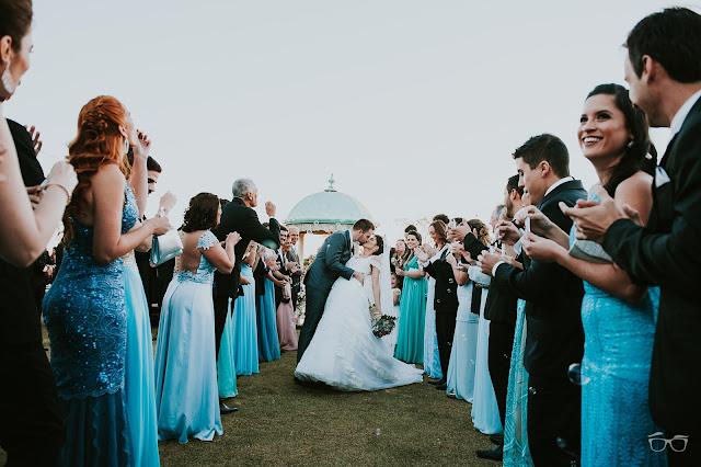 casamento real, casamento a céu aberto, casamento no jardim, casamento no campo, passarela de espelho, flores do campo, cerimônia, decoração de cerimônia, varal de lâmpadas, relicário, buquê da noiva, bouquet, vestido de noiva, vestido de renda, villa giardini, noivos no altar, véu e grinalda, hora dos votos, decoração rústica, casamento rústico, saída dos noivos