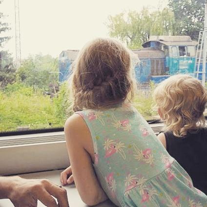 Junalla matkustaminen Romaniassa lasten kanssa. Matkalla Bukarestista Brasoviin.