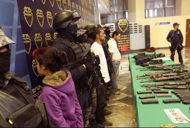 """Ella es """"Perla"""", la niña becada de 13 años que ya trabajaba para Los Zetas fue detenida en medio de un enfrentamiento"""