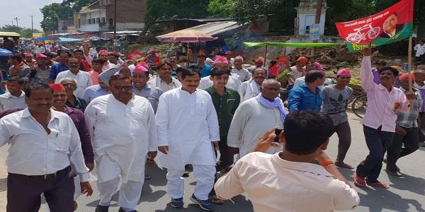 aaj-tahsil-parishar-me-samajvadi-party-ke-karykartao-ne-diya-dharna