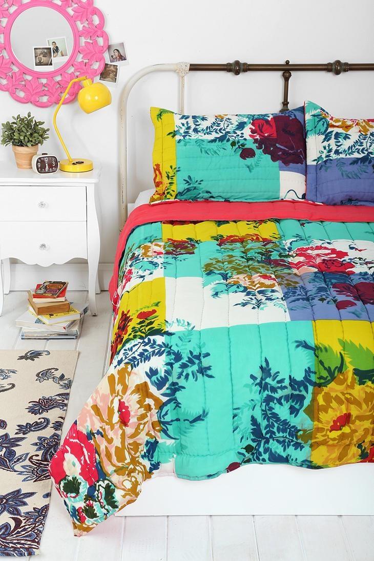 Quarto de casal com roupa de cama colorida e diferente