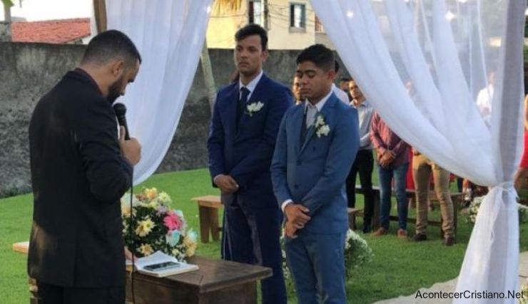 Pastor casa a dos hombres en Brasil