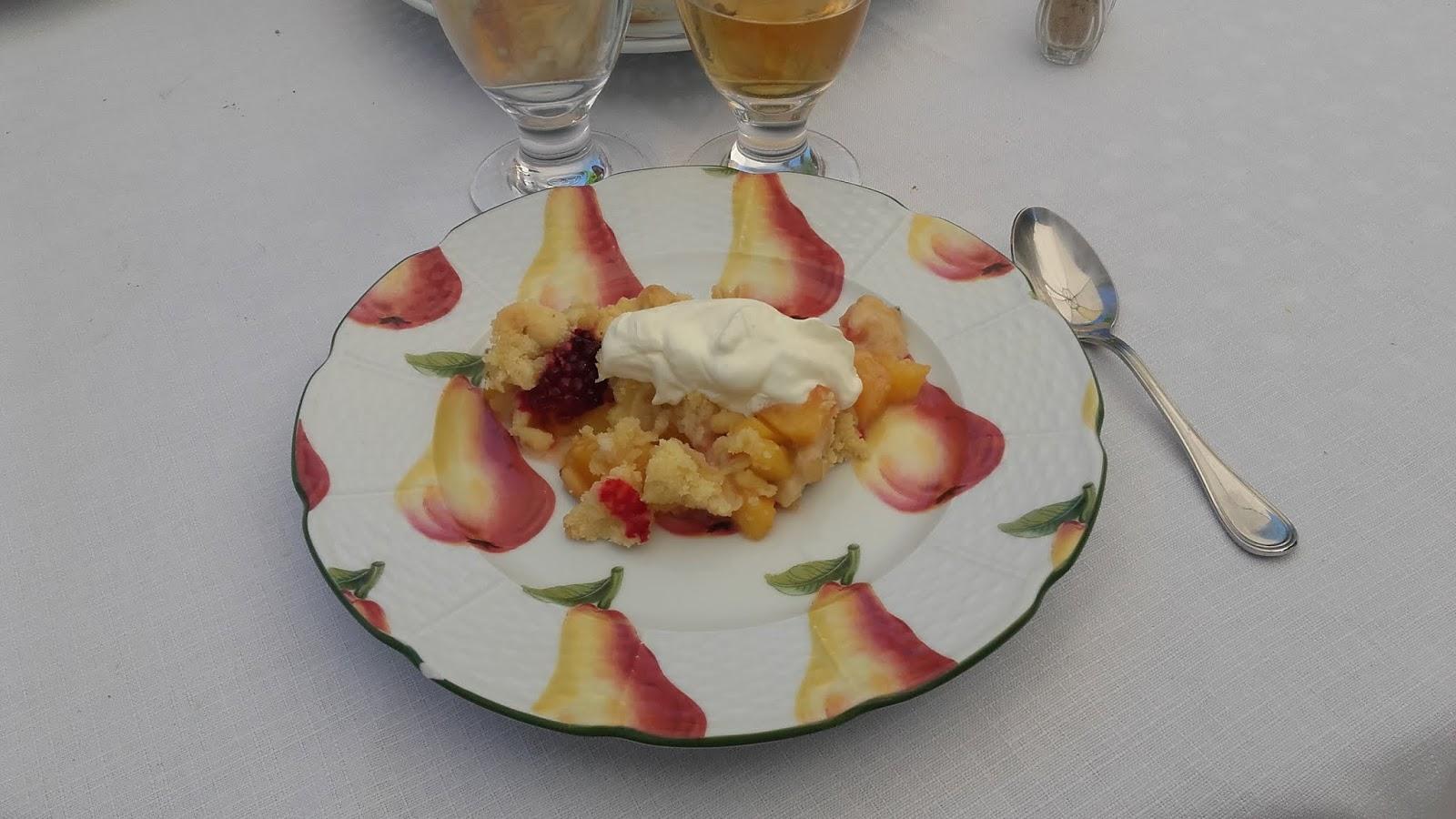Pour Le Dessert J Ai Préparé Un Crumble De Pêches Avec Les Mûres Du Potager Déjeuner était Accompagné Cidre Bien Frais La Belle Saison Est Courte