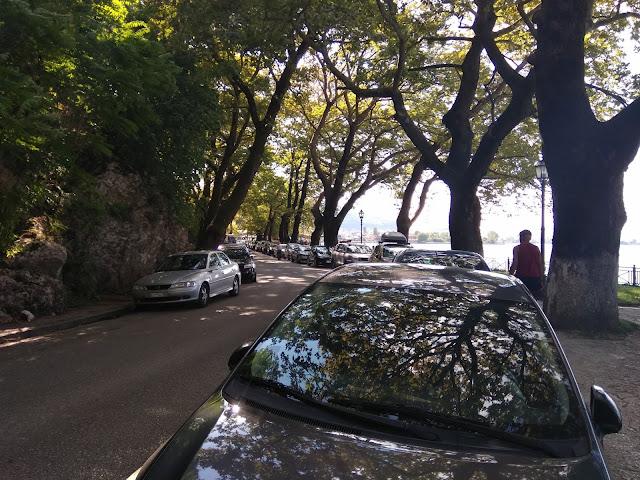 Γιάννενα: ΠΑΡΑΛΙΜΝΙΟ- Γεμάτο απο αυτοκίνητα επισκεπτών