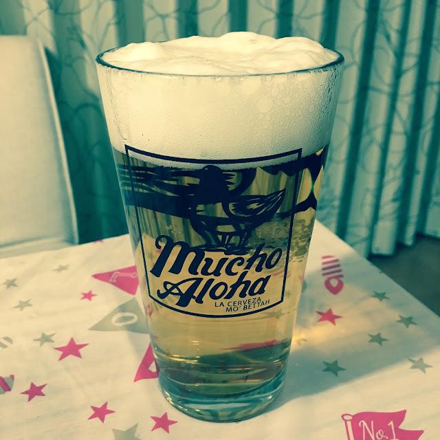 mucho Alohaのグラスに入ったビール