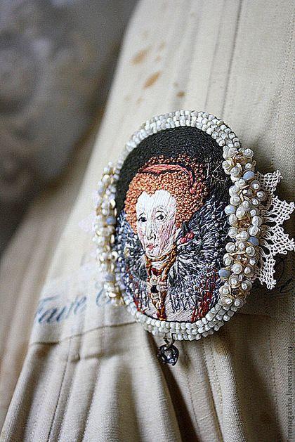brosze z haftowanymi portretami