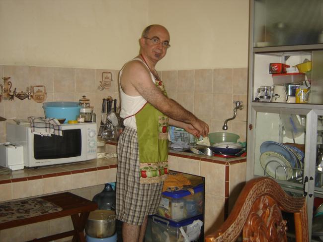 Fregando en la cocina del restaurante (warung)
