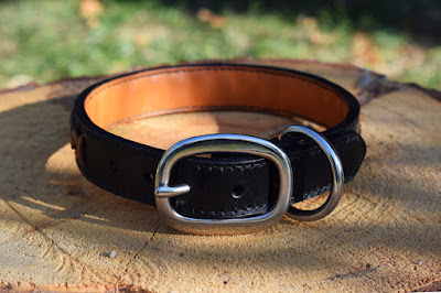 Collare in cuoio nero con spinatura cucito a mano e fatto su misura disponibile in vari colori