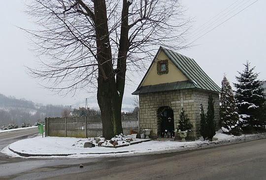 Kapliczka w Skrzydlnej.