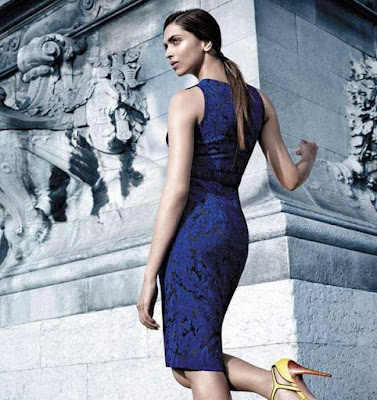 Aww! Deepika Padukone is looking damn hot in this body fitting royal blue dress. The cut-out dress is flaunting her figure quite well.