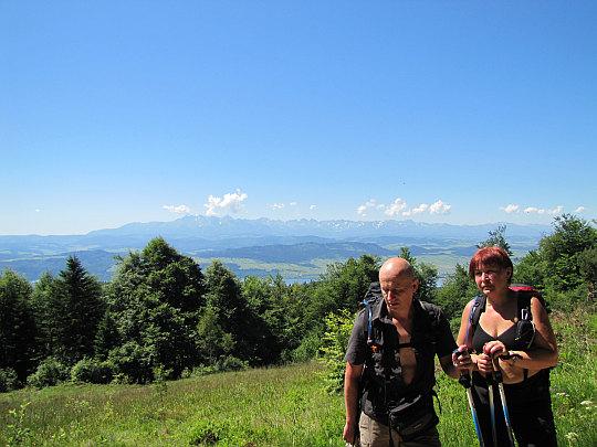 Rozległą panoramę wypełniają tutaj Pieniny Spiskie, a za nimi Tatry.