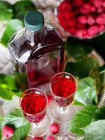 nalewka z malin i lipy, kwiaty lipy, malinowka z lipa, kwiatki jadalne, owoce, maliny, przetwory, spizarnia