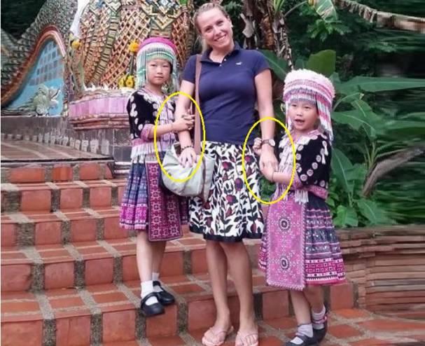 زوجان يكتشفان تعرضهما للسرقة في تايلاند عن طريق الصور! لم تلاحظ الزوجة اختفاء أي شيء إلا بعد تصفح الصور.. فكيف قامت الطفلتين بسرقتها؟