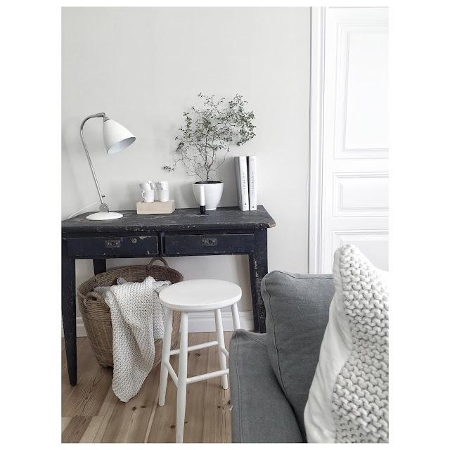 Una casa en Suecia en gris y blanco
