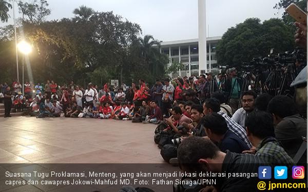 Ratusan Relawan Telanjur Tunggu Jokowi-Mahfud MD di Tuprok