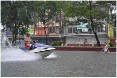 8 Foto Lucu yang diambil Saat Banjir