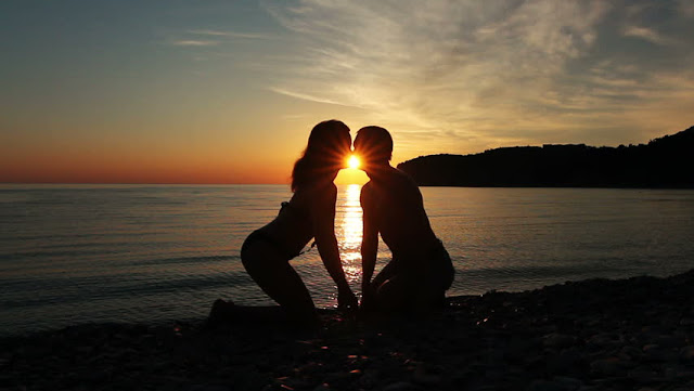 beach-couple-sunset-in-love-romantic-pictures-abc-greek-news