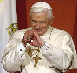 papa Benedicto XVI con sonrisa extraña