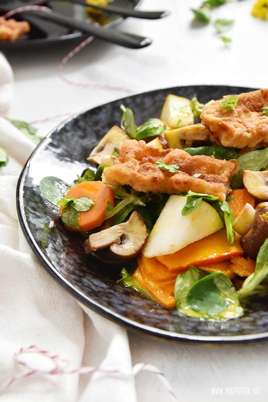 Bunter Herbstsalat mit frittiertem Bacon und Raps Kernöl der Teutoburger Ölmühle
