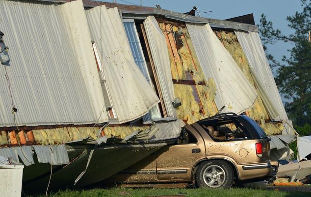 Uma família de Tulsa, Oklahoma, sofreu a experiência mais assustadora em sua vida ontem, quando sua casa móvel foi transportada mais de 209 quilômetros por um tornado
