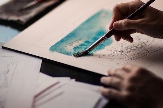 Pintando um desenho.