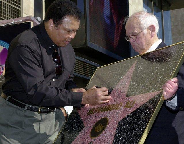 Muammed Ali yıldızı imzalarken
