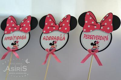 Semne haioase pentru sedinta foto botez tematic Minnie Mouse puse pe bat de bambus cu cap si urechi, funda mare roz cu buline