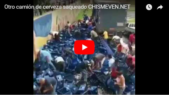 Venezolanos colaboran con el saqueo de un camión de cerveza volcado