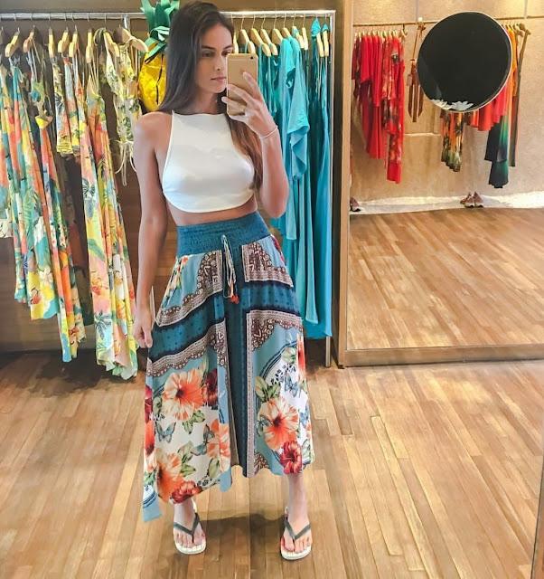 Look fashion na farmrio com saia longa e havaianas