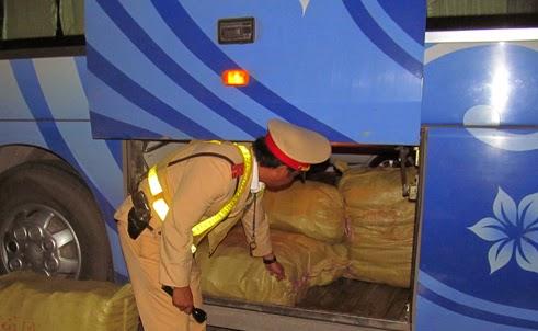 Xe giường nằm chở 5 thùng nội tạng trâu bò từ Hải Phòng vào Huế