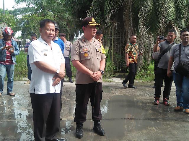 Wakil Walikota Tanjungbalai Ismail meninjau lokadi peledakan bom yang ditemukan dari dua terduga teroris.