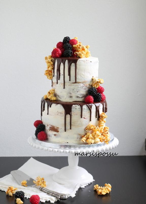 Naked cake marjoilla ja poppareilla