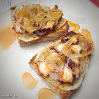 tosta-pulpo-cebolla-caramelizada-camino-santiago