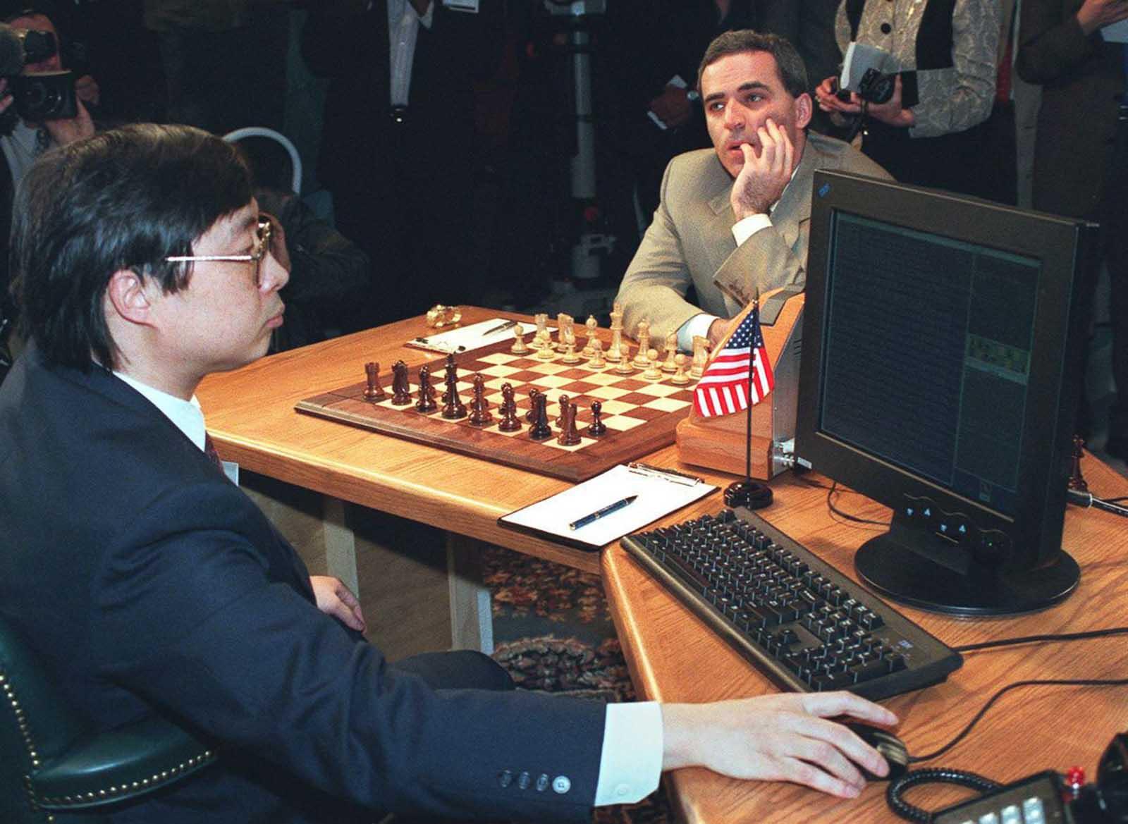 Feng-hsiung Hsu prepara Deep Blue antes de que Kasparov realice su primer movimiento en el primero de los seis juegos.