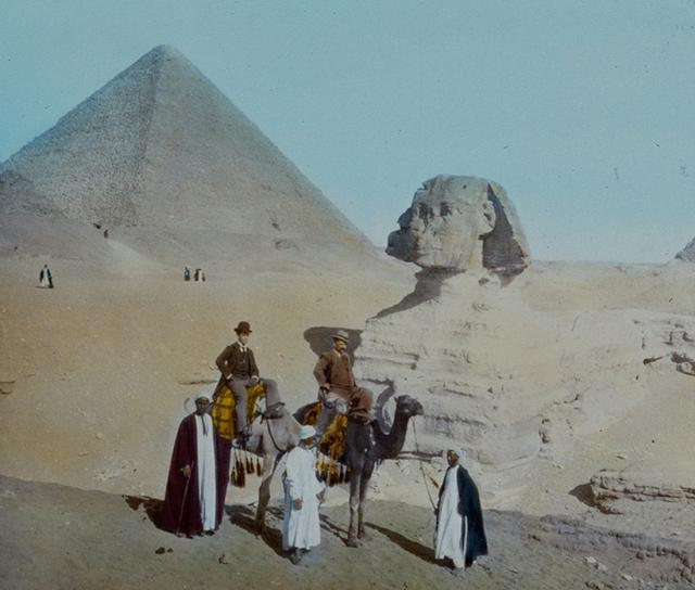 Những người đàn ông cưỡi lạc đà bên cạnh Kim tự tháp và tượng Nhân sư Giza ở Ai Cập. Ảnh chụp năm 1895.