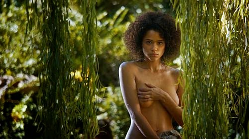 Missandei descubre a Gusano Gris observándola mientras se baña desnuda