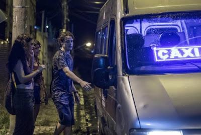 Rita (Alanis Guillen), Raíssa (Dora de Assis) e Thiago (Danilo Maia) pegam van para voltar para casa, na novela 'Malhação - Toda Forma de Amar' — Foto: Paulo Belote/ Globo