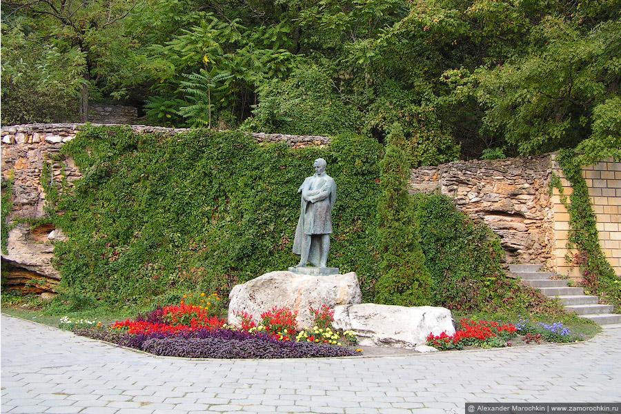 Памятник М. Ю. Лермонтову в курортном парке Железноводска